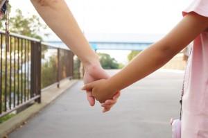 子供の手を引くイメージ画像